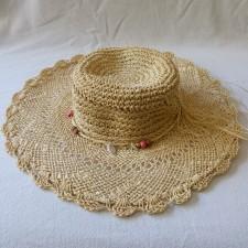 Chapeau paille avec cordelette en perles et coquillages