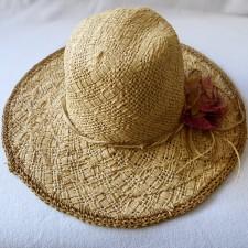 Chapeau paille avec fleur et cordelette