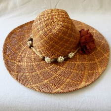 Capeline belle garniture perles et coquillage, fleur de côté