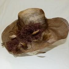 Chapeau de cérémonie en sisal marron avec garniture fleur